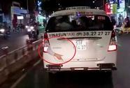 Rùng mình cánh tay còn cử động… lòi khỏi đuôi xe taxi