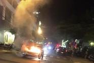 Ô tô bất ngờ bốc cháy giữa đường phố Đà Nẵng