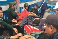 Ngư dân vượt sóng đưa công nhân bị tai biến đi cấp cứu