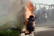 Một phụ nữ hoảng hốt nhảy khỏi xe máy trên Xa lộ Hà Nội