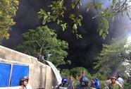 VIDEO: Cháy xưởng ở Bình Chánh, khói đen bốc cao hàng chục mét