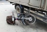 Hai cha con bị xe tải tông trước Nghĩa trang TP HCM