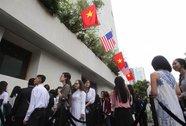 """Người Sài Gòn đổ về GEM center chờ """"ngắm"""" Tổng thống Obama"""