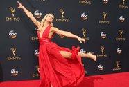 """""""Đả nữ"""" Jessie Graff tung cước trên thảm đỏ Emmy 2016"""