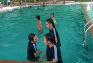 Thầy giáo xây bể bơi
