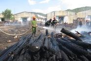 Hàng trăm khối gỗ trong cụm công nghiệp bị thiêu rụi