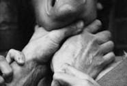 Bị thách thức, chồng bóp cổ vợ rồi uống thuốc độc