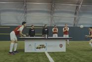 Hài hước màn so tài bóng bàn bằng đầu của Arsenal