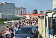 Xe tông liên hoàn, kẹt cứng trên cầu Khánh Hội