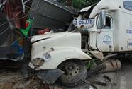 Xe container tông vào 4 nhà dân, 3 người bị thương