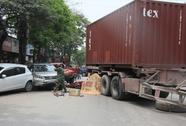 Xe container tuột rơ-moóc cán chết 1 phụ nữ