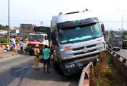 Xe container mất lái, vắt vẻo trên cầu vượt Bình Phước