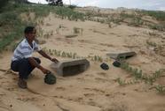Hàng trăm ngôi mộ vùi trong cát, đá