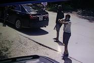 Côn đồ xả súng vào xe taxi, 3 người trúng đạn