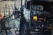 Xe tải đầy hàng bị cháy trụi khi lên dốc