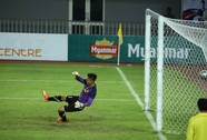 """U19 Việt Nam đáng chê vì thủ môn """"triệt hạ"""" cầu thủ Myanmar"""