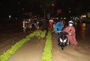 """Biên Hòa: Ngập đến đầu người, dân """"bơi"""" cứu đồ đạc"""