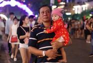 TP HCM: Hàng ngàn người đổ về phố đi bộ Nguyễn Huệ đón giao thừa