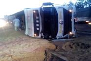 Xe tải lật trượt trên Quốc lộ 1, lúa mì ngập đường