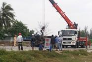Xe tải nổ lốp, lật giữa Quốc lộ 1