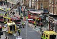 Anh: Xe buýt 2 tầng đùng đùng lao vào cửa hàng