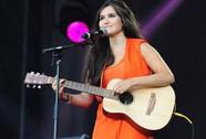 Ca sĩ tài năng người Pháp Joyce Jonathan hát từ thiện tại Việt Nam