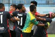 Indonesia: Cầu thủ đánh nhau như giang hồ hỗn chiến