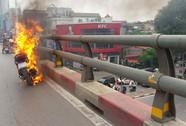 Xe tay ga cháy ngùn ngụt trên cầu vượt dành cho buýt nhanh