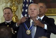 """Ông Biden rơi nước mắt nhận """"quà"""" bất ngờ từ TT Obama"""