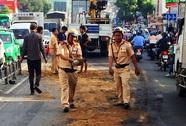 CSGT cùng người dân dọn dầu nhớt ở Sài Gòn