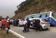 Xe khách đi lễ va vào vách núi, nhiều người thương vong