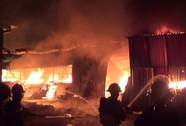 Cột khói cả chục mét bốc lên từ xưởng mộc ở Hóc Môn