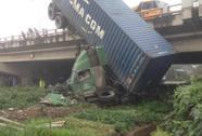 """Tai nạn trên cầu Thanh Trì, xe container """"cắm đầu"""" xuống đất"""