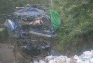 2 người trong xe tải lao vào vách núi tử vong, người nhảy ra bị thương