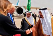 """Ông Trump """"khó xử"""" vì vợ không mang khăn trùm đầu"""