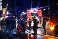Kho chứa hàng ở khu phố Tây cháy ngùn ngụt trong đêm
