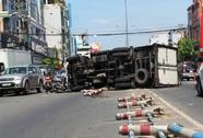 Xe tải lật ở đường Cộng Hòa, 2 người gặp họa