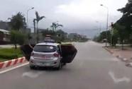 Taxi mở bung 2 cửa phóng trên đường do chở người đi cấp cứu