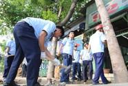 """Dân vỗ tay khi thấy lãnh đạo quận Bình Tân """"đòi"""" vỉa hè"""