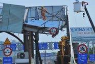 Xe múc kéo sập trạm thu phí cầu Đồng Nai