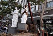 Ông Hải chỉ đạo cẩu các bức tượng của Khách sạn Kim Đô