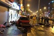 Xế hộp tông hàng loạt xe máy, người bị thương la liệt