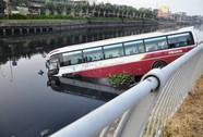 Xe khách cắm đầu xuống kênh Tàu Hũ