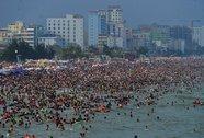 Chen chân tắm biển Sầm Sơn