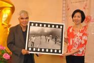 """Nick Út tặng bức ảnh """"Em bé Napalm"""" cho Bảo tàng Phụ nữ Việt Nam"""