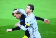 Ramos chơi tiểu xảo nhưng thoát thẻ đỏ