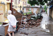 Bức tường nhà trường sập sau mưa đè chết bé trai