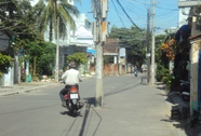 Cột điện án ngữ giữa đường