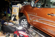 Xe bán tải tông nhiều ô tô, xe máy rồi lao vào cửa hàng