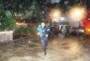 Cứu 7 nhân viên trực kẹt trong tòa nhà cháy đêm mưa bão